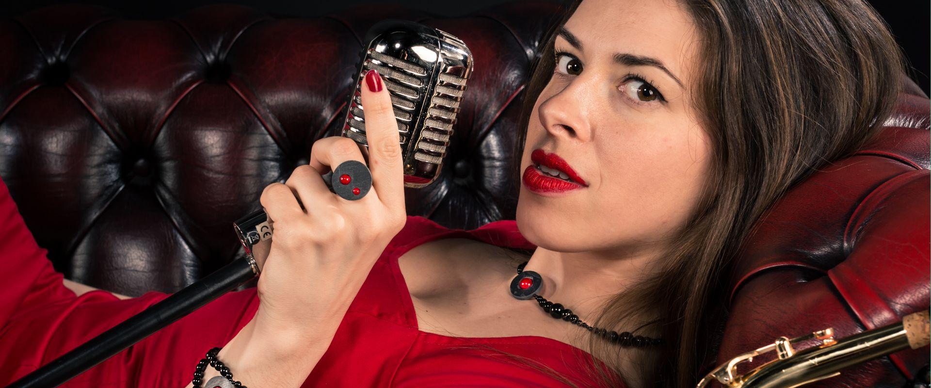 Floriane, comédienne, porte des bijoux en ardoise